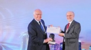 Dr.-Ing. E.h. Martin Herrenknecht receives the ITA Lifetime Achievement Award in Singapore